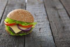 Cheeseburger гамбургера бургера на древесине таблицы Стоковая Фотография