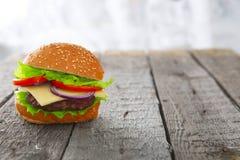 Cheeseburger гамбургера бургера на древесине таблицы Стоковое фото RF