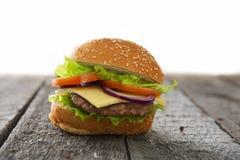 Cheeseburger гамбургера на поверхности таблицы деревянной Стоковые Изображения RF