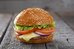 Cheeseburger гамбургера на поверхности таблицы деревянной Стоковое фото RF