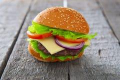 Cheeseburger гамбургера на поверхности таблицы деревянной Стоковое Изображение