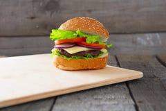 Cheeseburger гамбургера на поверхности таблицы деревянной Стоковая Фотография RF