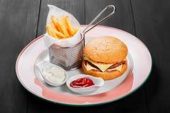 Cheeseburger, гамбургер с французскими фраями, кетчуп, майонез, Стоковое Фото
