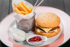 Cheeseburger, гамбургер с французскими фраями, кетчуп, майонез, Стоковая Фотография