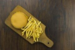 Cheeseburger жарит предпосылку еды сыра фаст-фуда старья еды плохую здоровую деревянную Стоковая Фотография RF