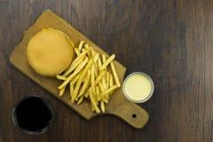 Cheeseburger жарит предпосылку древесины хлеба еды мяса сыра еды фаст-фуда высококалорийной вредной пищи еды соуса коки плохую зд Стоковые Изображения
