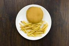 Cheeseburger жарит предпосылку древесины хлеба еды мяса сыра фаст-фуда высококалорийной вредной пищи еды плохую здоровую Стоковые Фотографии RF