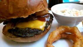 Cheeseburger на соединении бургера Стоковая Фотография RF