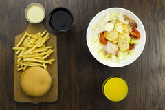Cheeseburger салата соуса цезаря жарит коку апельсинового сока Стоковые Изображения RF