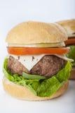 Cheeseburger américain classique d'hamburger fait maison géant d'isolement dessus Photo stock