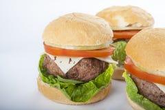 Cheeseburger americano clásico de la hamburguesa hecha en casa gigante aislado encendido Fotografía de archivo