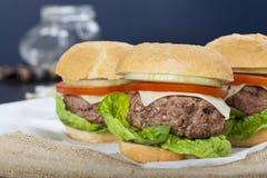 Cheeseburger americano clásico de la hamburguesa hecha en casa gigante en el saco Fotos de archivo libres de regalías