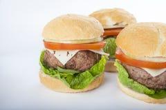 Cheeseburger americano clásico de la hamburguesa hecha en casa gigante encendido Fotografía de archivo libre de regalías