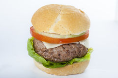 Cheeseburger americano clásico de la hamburguesa hecha en casa gigante encendido Foto de archivo libre de regalías