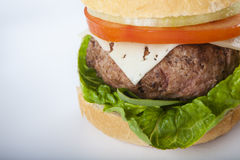 Cheeseburger americano classico dell'hamburger casalingo gigante sopra Immagini Stock