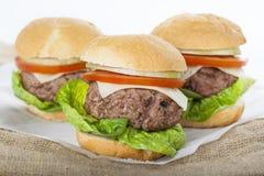 Cheeseburger americano classico dell'hamburger casalingo gigante sul sacco Immagine Stock
