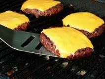 Cheeseburger auf Grill Stockbild