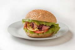 Cheeseburger avec du jambon, la tomate et la salade photos stock
