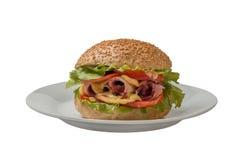 Cheeseburger avec du jambon, la tomate et la salade Photo libre de droits