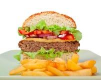 Cheeseburger beinahe eingeschnitten stockbild