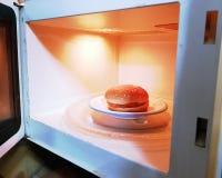 Cheeseburger an Bord und auf eines atble stockbilder