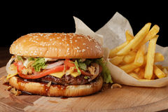 Cheeseburger & x28; burger& x29; z francuskimi dłoniakami i kumberlandem Zdjęcie Royalty Free