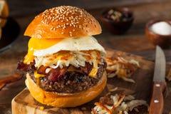 Cheeseburger casalingo della prima colazione con bacon fotografie stock