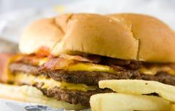 Cheeseburger com bacon Imagens de Stock