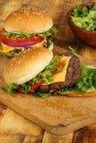 Cheeseburger com cebola e alface do tomate imagens de stock