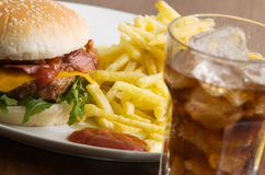 Cheeseburger com fritadas Fotografia de Stock Royalty Free