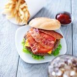 Cheeseburger com o tiro do bacon e das batatas fritas aéreo Imagens de Stock