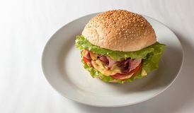 Cheeseburger com presunto, tomate e salada Fotos de Stock Royalty Free