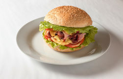 Cheeseburger com presunto, tomate e salada Fotos de Stock