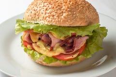 Cheeseburger com presunto, tomate e salada Foto de Stock Royalty Free