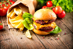 Cheeseburger com salada e batatas fritas frescas Fotos de Stock Royalty Free