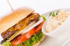 Cheeseburger con el slaw del col Fotografía de archivo libre de regalías