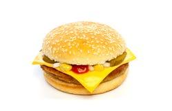 Cheeseburger con formaggio, i sottaceti, la cipolla e la salsa Fotografia Stock Libera da Diritti