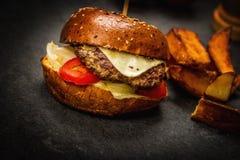 Cheeseburger con la carne del manzo fotografia stock