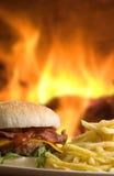 Cheeseburger con le fritture Fotografia Stock Libera da Diritti
