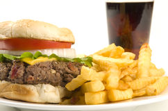 Cheeseburger con le fritture e lo schiocco di soda Fotografie Stock