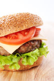 Cheeseburger con los tomates y la lechuga Fotografía de archivo