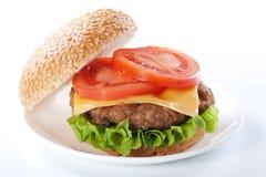 Cheeseburger con los tomates y la lechuga fotos de archivo