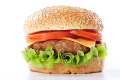 Cheeseburger con los tomates y la lechuga Foto de archivo libre de regalías
