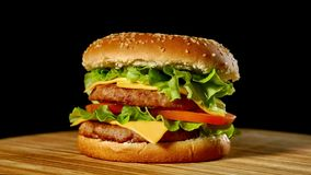 Cheeseburger con tocino en un fondo oscuro Primer Tiroteo macro metrajes
