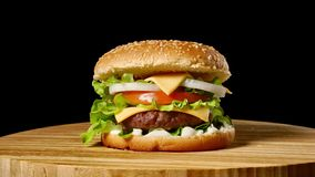 Cheeseburger con tocino en un fondo oscuro Primer Tiroteo macro almacen de video