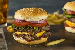Cheeseburger cuadrado hecho en casa de la carne de vaca foto de archivo