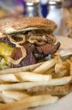 Cheeseburger de lard avec des fritures image libre de droits