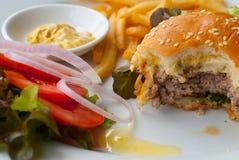 Cheeseburger degli alimenti a rapida preparazione Immagine Stock