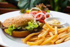 Cheeseburger degli alimenti a rapida preparazione Immagini Stock