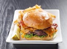 Cheeseburger del tocino Imagenes de archivo